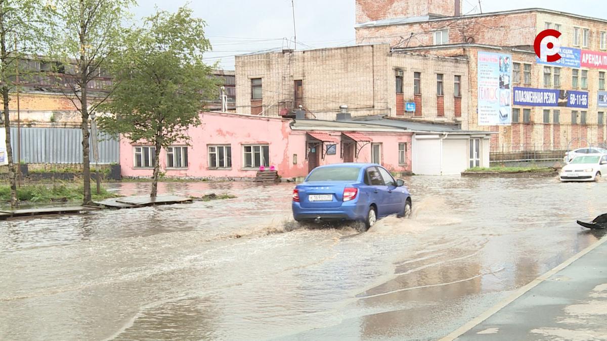 Потоп на улице Клубова в Вологде не удается устранить