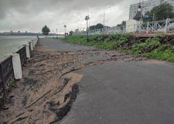 Землю с насыпи смыло на тротуар