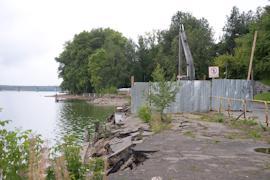 Строителям предстоит переделать подпорную стенку и укрепить берег.