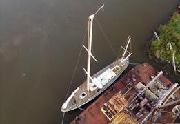 В Вытегре яхта встала у плавучего крана