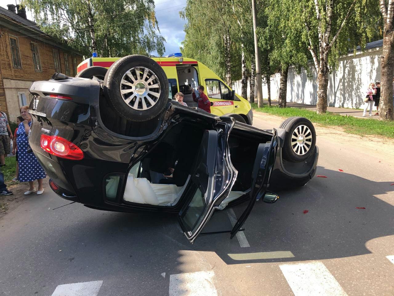 Один из автомобилей после удара перевернуло на крышу
