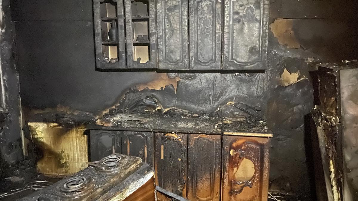 Жильцов спасали через окно из горящего дома в Вологде