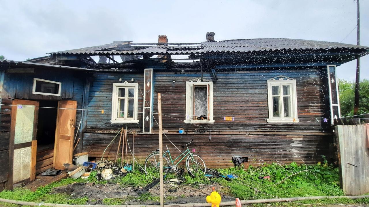 Из-за поджога дома в Белозерске пришлось эвакуировать семью