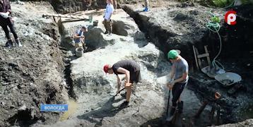Во дворе дома на Ударников в Вологде вновь слышен скрежет лопат