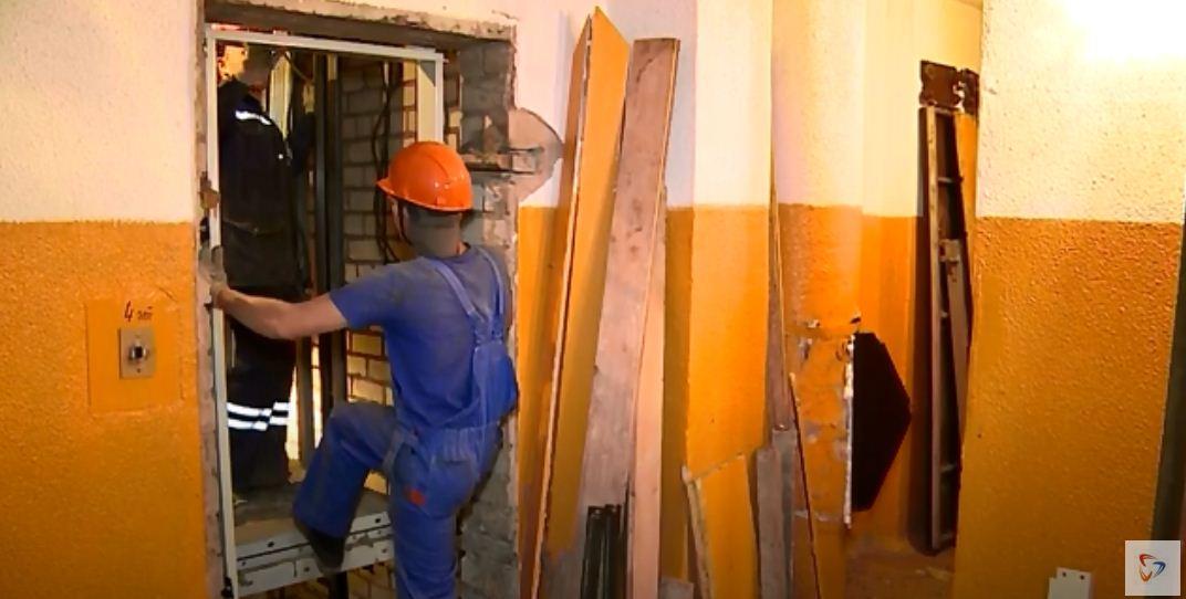 В многоэтажке на Гоголя, 8 двое специалистов монтируют двери для будущего нового лифта