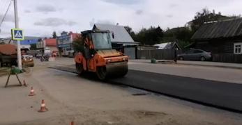 Дорожные рабочие укладывают асфальт