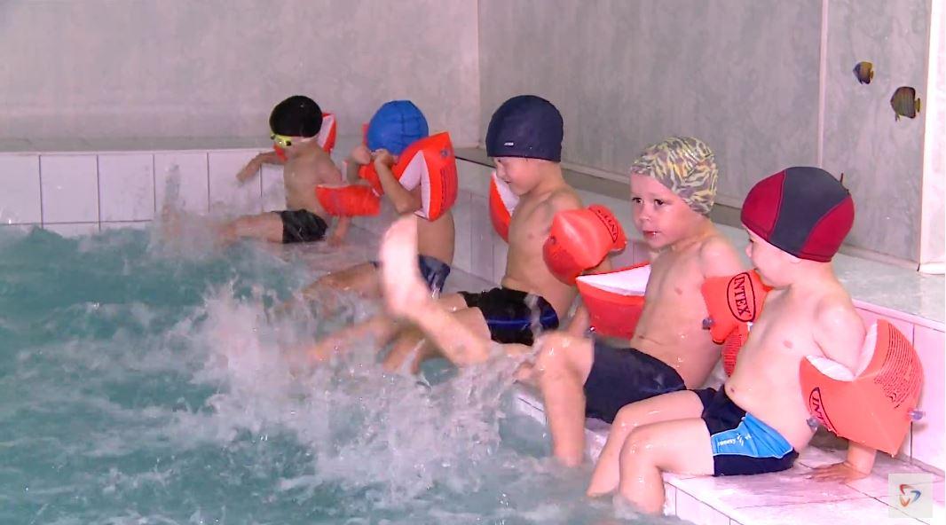 Ребят из бассейна не выгнать. Дай волю — целый день будут тренироваться