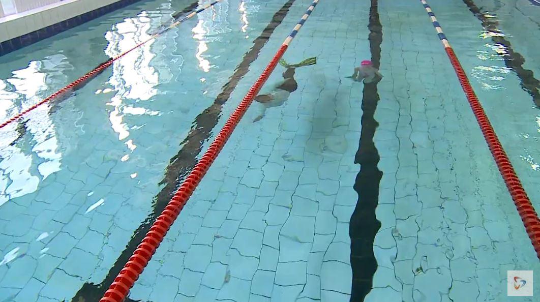 Во время тренировки, особенно заплывов под водой, тренер всегда рядом