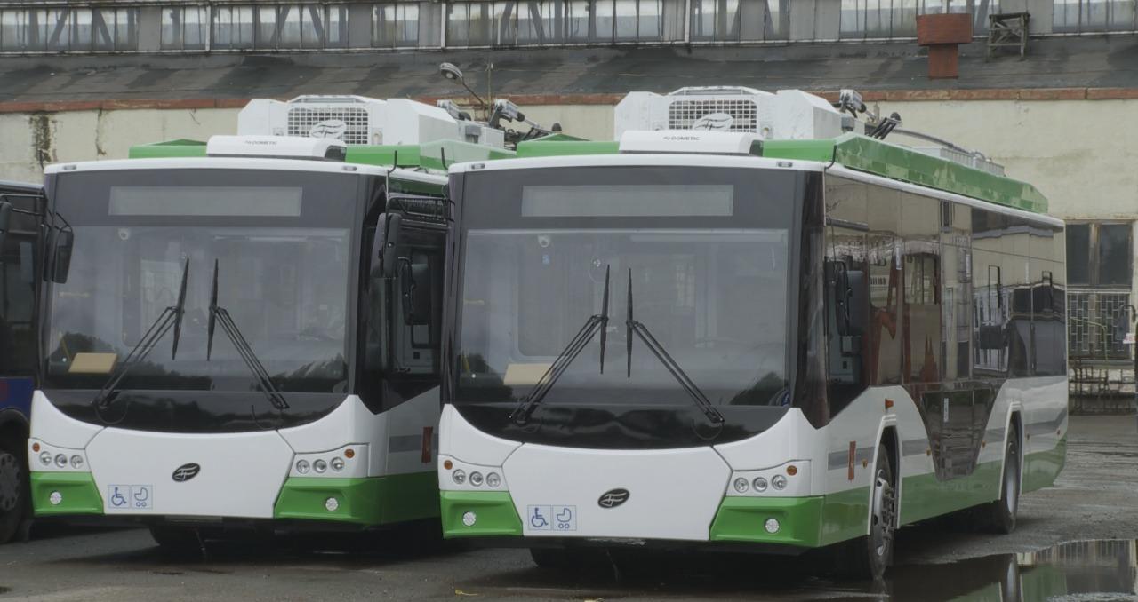 Узнать тестовые машины можно по бело-зеленой расцветке и надписи на информационном табло с номером маршрута