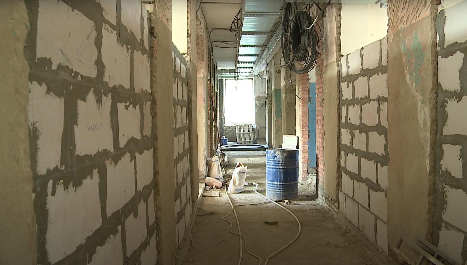 В здании установлены новые окна, сейчас строители монтируют батареи и вентиляцию
