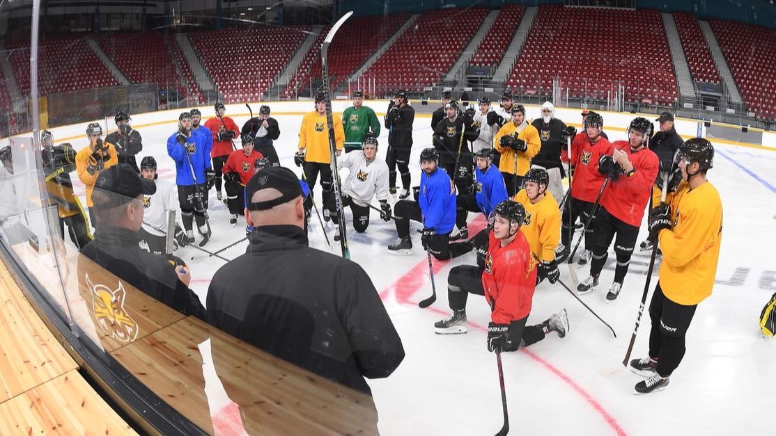 """Хоккеисты """"Северстали"""" начали тренировки на уменьшенной площадке ледового дворца"""