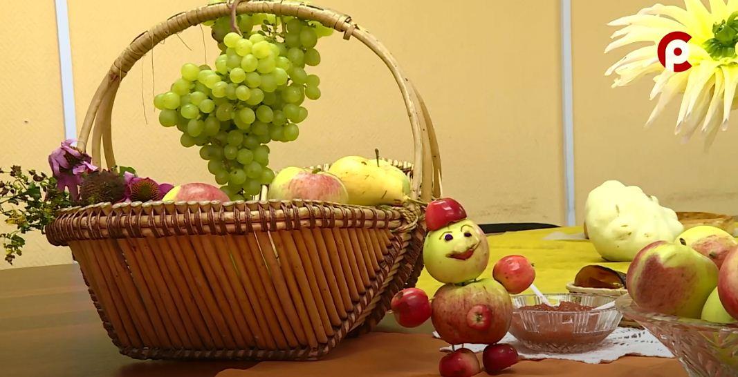 Столы ломятся от богатого урожая — фрукты, овощи, пироги, варенье