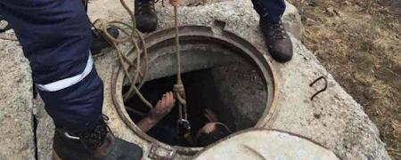 Три человека потеряли сознание в канализационном люке