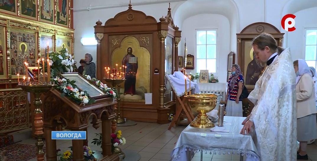 Собранные плоды прихожане приносят в храм, чтобы освятить