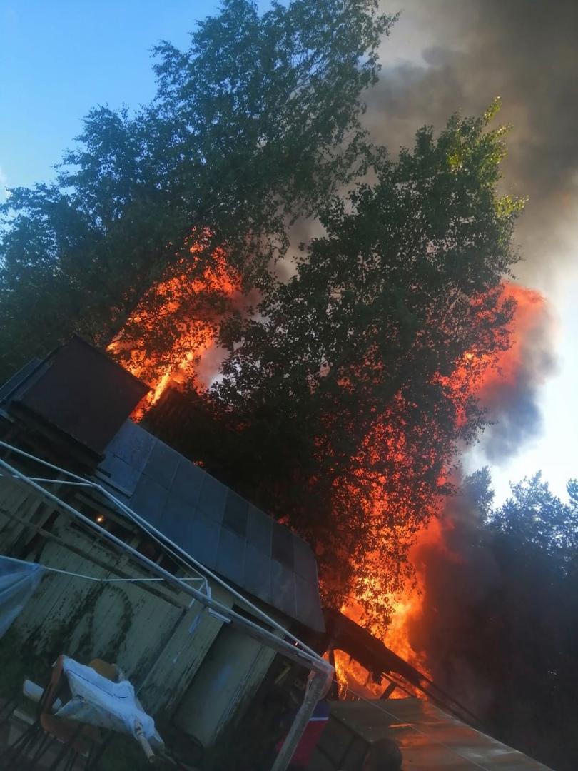 Строения на одном участке сгорели полностью