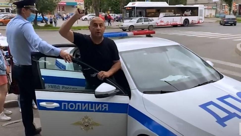 Неадекватного пьяного водителя задержали среди белого дня в Череповце