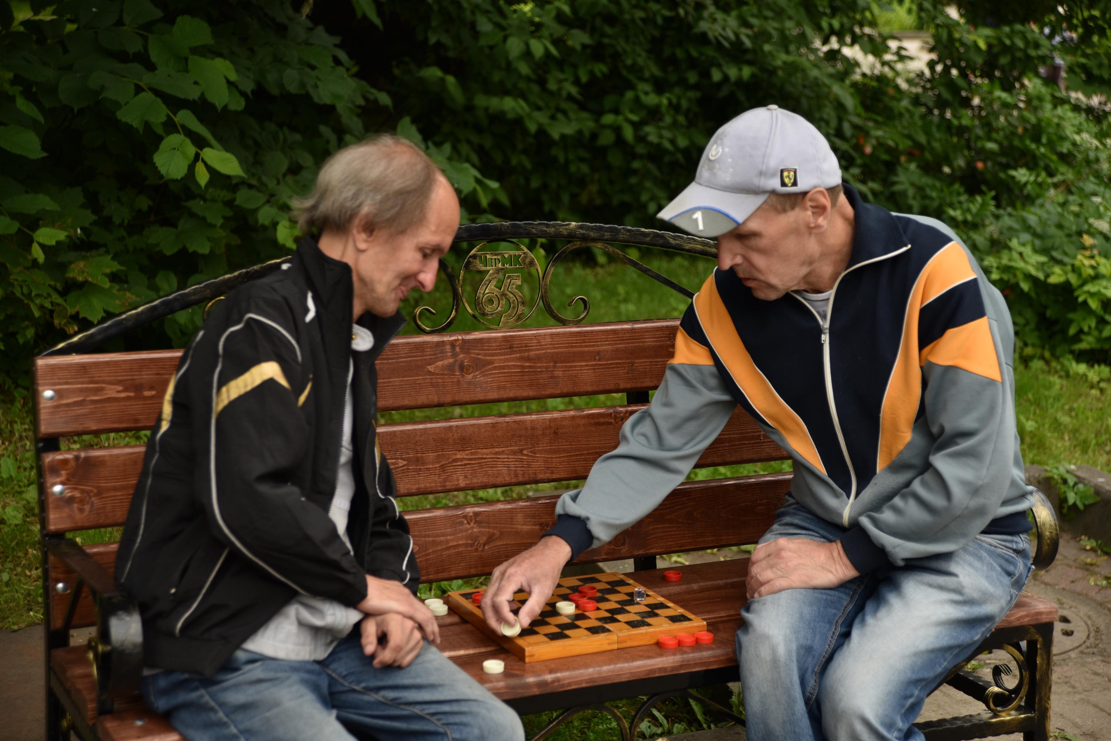 Новые скамейки будут похожими на те, установлены в Комсомольском парке