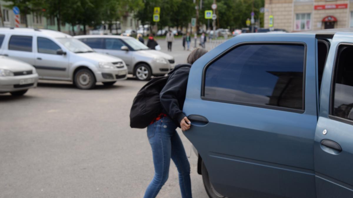 Можно ли ребенку ехать в такси одному?