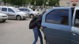 Нет требований, чтобы ребенок садился в такси обязательно в сопровождении кого-то из родственников
