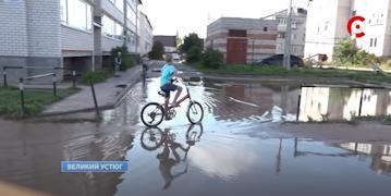 Помимо машин по этой дороге катаются на велосипедах и дети