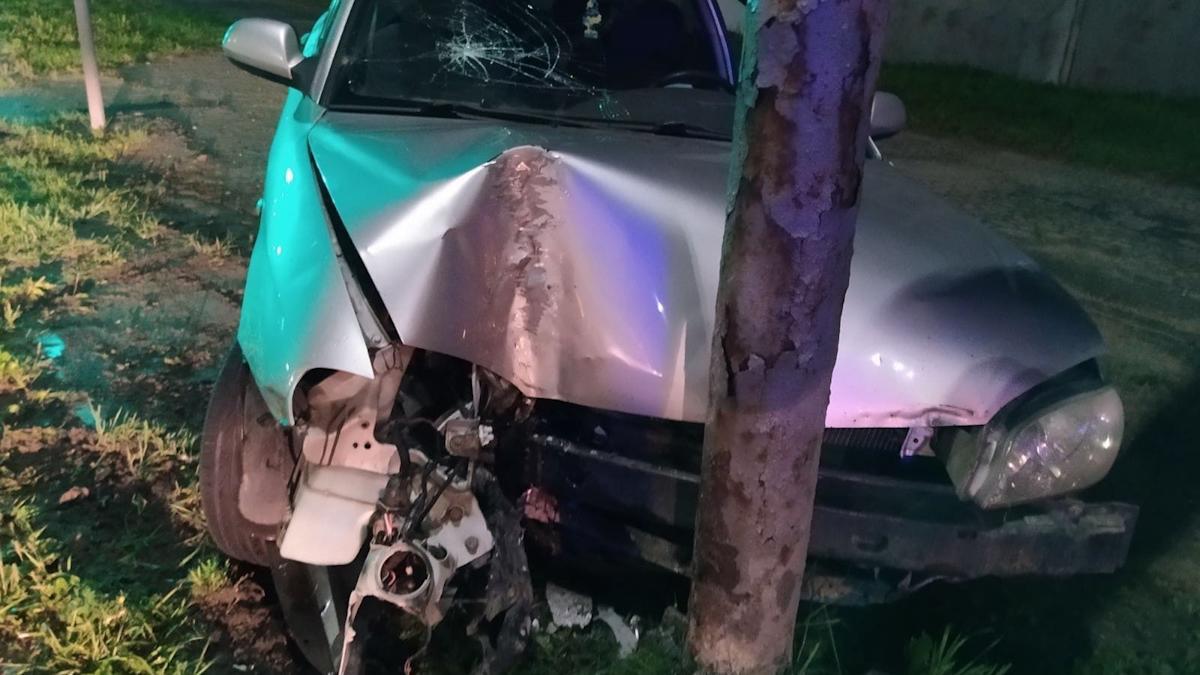 Иномарка врезалась в столб в Череповце, водитель скрылся