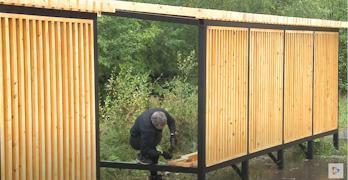 Чтобы защитить дерево от дождя и сохранить качество, брусья покрывают специальным антисептиком