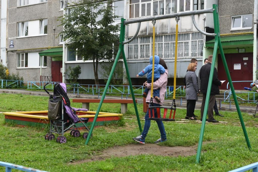 Новую детскую площадку установили во дворе дома № 112 на улице Краснодонцев.
