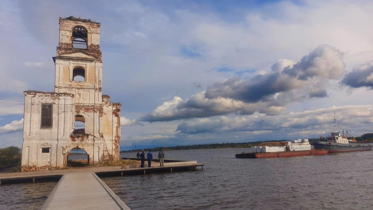50 кубометров древесины привезли в Крохино, где активисты восстанавливают полуразрушенный храм на воде