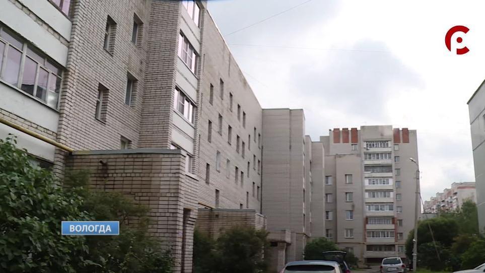 Жители нескольких многоэтажек на улице Конева в Вологде выясняют, кто должен асфальтировать проезд