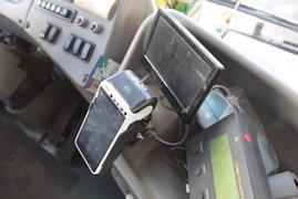 Водитель обилечивает пассажиров и следит за теми, кто расплачивается через валидатор