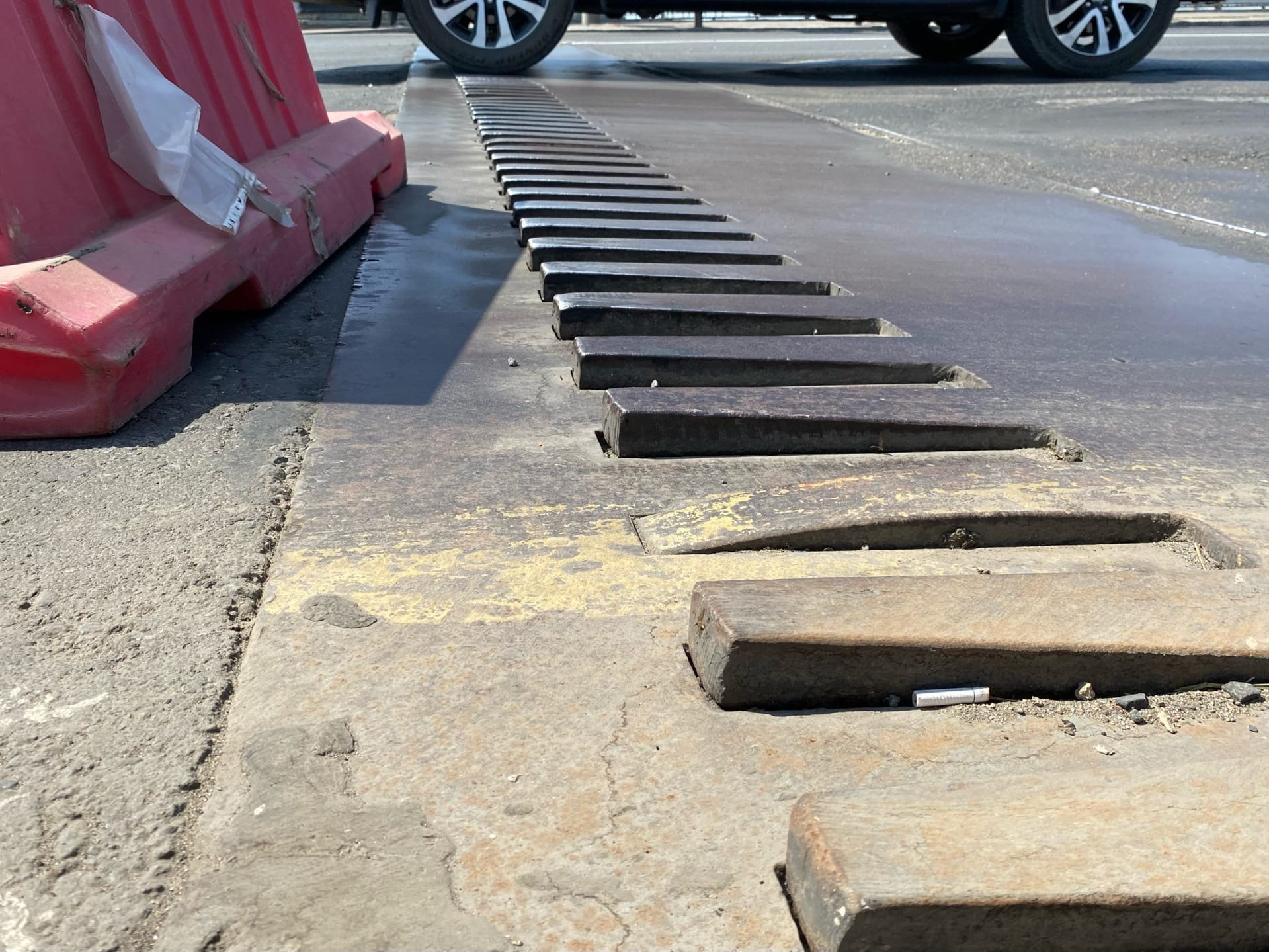 «Гребенка» в правой полосе поднялась над дорогой во время 30-градусной жары в середине июня
