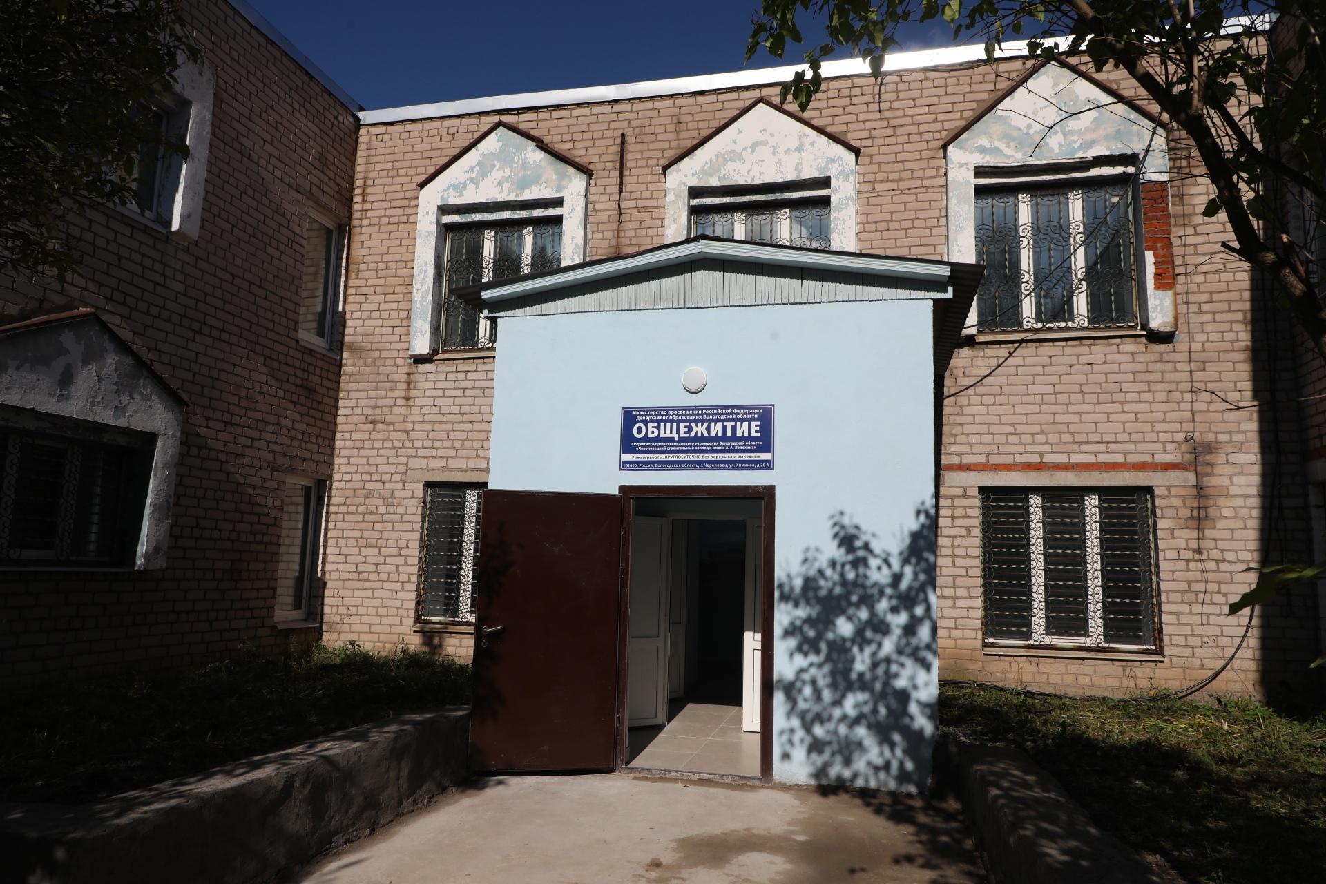 Сейчас двухэтажное здание переделывают в помещения для проживания студентов