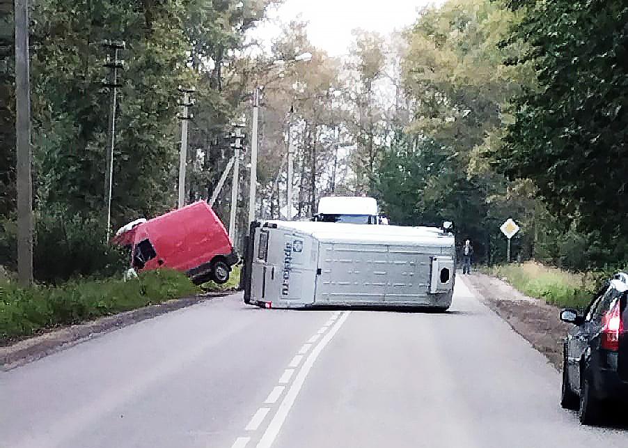 Микроавтобус опрокинулся на бок и перегородил Пошехонское шоссе