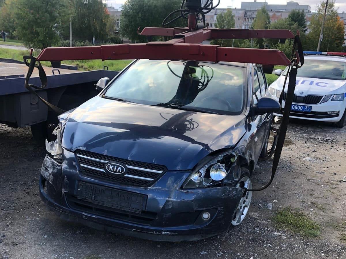 """Водитель на автомобиле """"Kia"""" в Череповце протаранил 3 машины, врезался в забор и скрылся с места"""