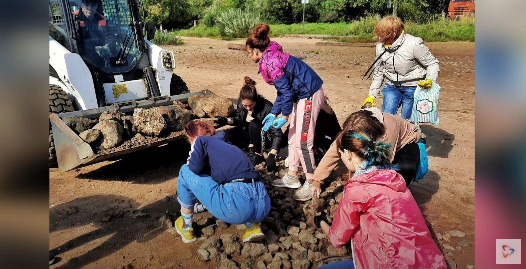 Общими усилиями удалось убрать с берега КамАЗ мусора