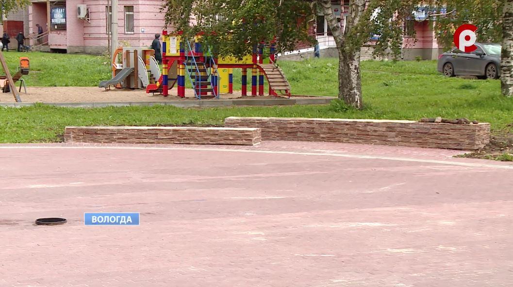 На площади обустроили бетонную сцену, сделали скамейки с деревянными сиденьями, положили брусчатку