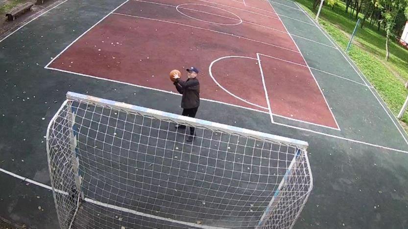 Мужчина мячом сбил камеру видеонаблюдения в парке 200-летия Череповца