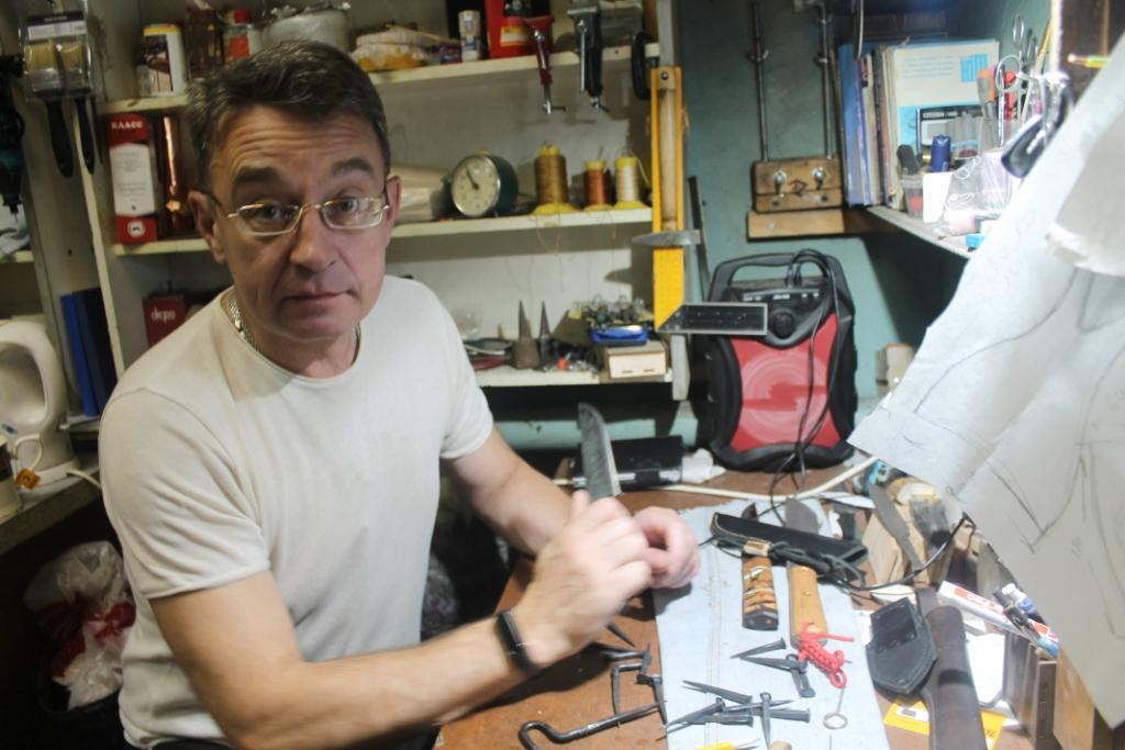 Олег Прыгунов у себя в мастерской.