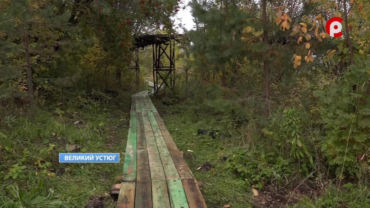 Разрушенные деревянные мостки на улице Пятницкое сельцо начали восстанавливать в Великом Устюге