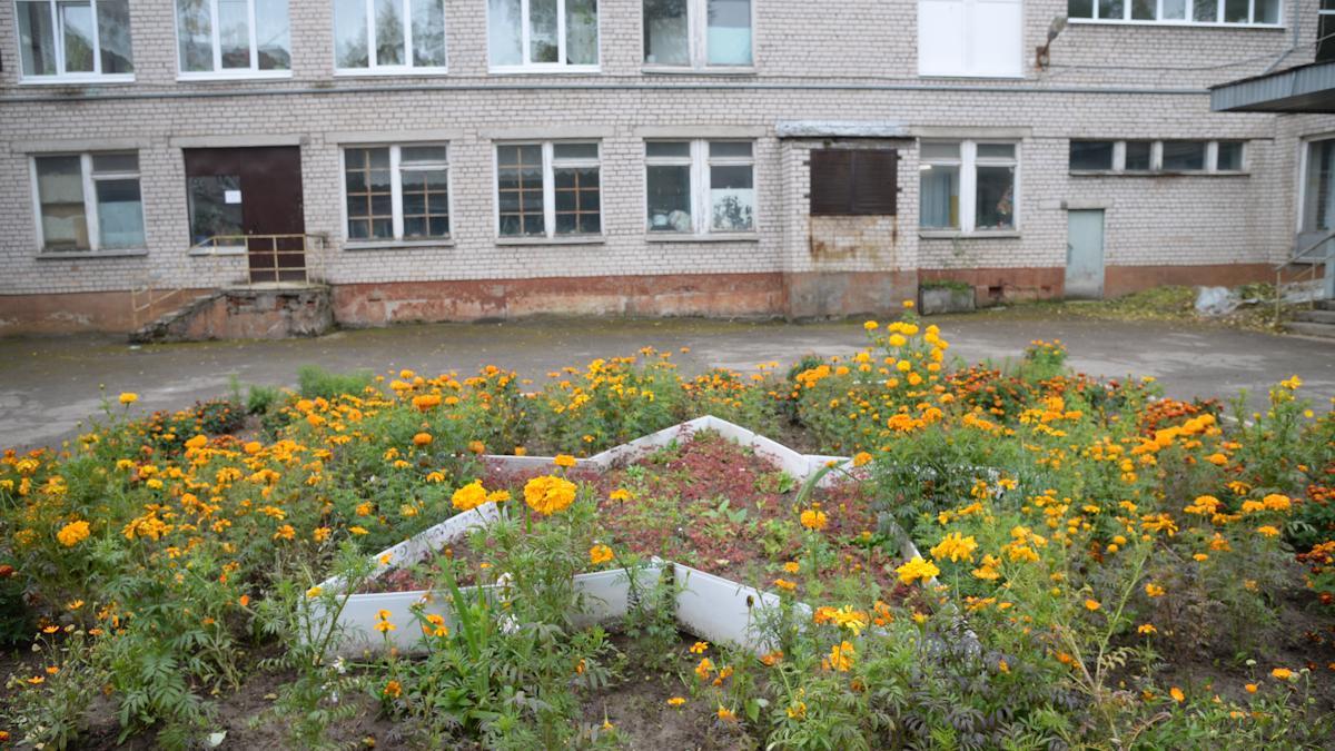 Школы встретили детей цветами