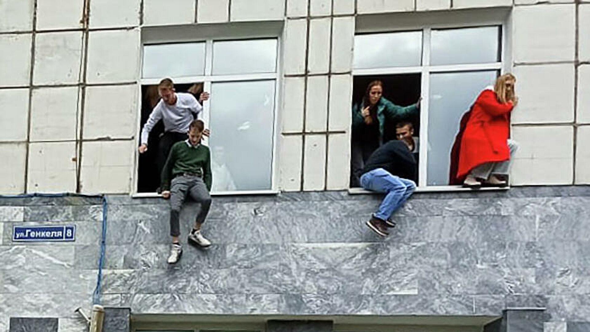 Студенты выпрыгивали из окон