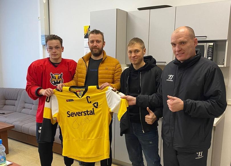 Андрей Разин и Никита Гуслистов вручили майку победителю аукциона.