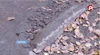 На проезжей части ямы, разбитый асфальт и много грязи