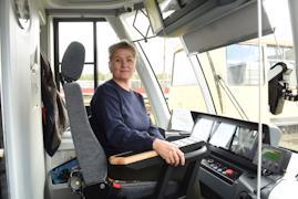 Людмила Антипова управляет трамваями более 12 лет.
