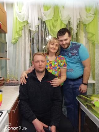 Ольга Башмакова с сыновьями: Андрей работает поваром, Юрий – упаковщиком.
