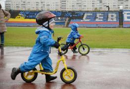 В гонке на беговелах и самокатах состязались порядка 50 детей