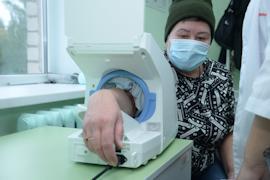 Артериальное давление измеряют цифровым автоматическим тонометром. Он позволяет проводить процедуру пациенту самостоятельно и экономит время медиков