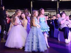 Первыми на подиуме появились участницы в возрасте от 4 до 7 лет
