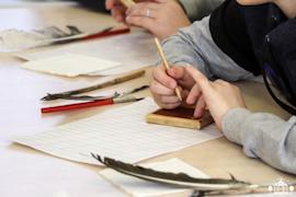 На занятии «Урок в старинной школе» в Историко-краеведческом музее дети пробуют писать так, как писали их ровесники раньше
