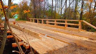 Ремонт деревянного моста через реку Ворон завершают в Кадуе